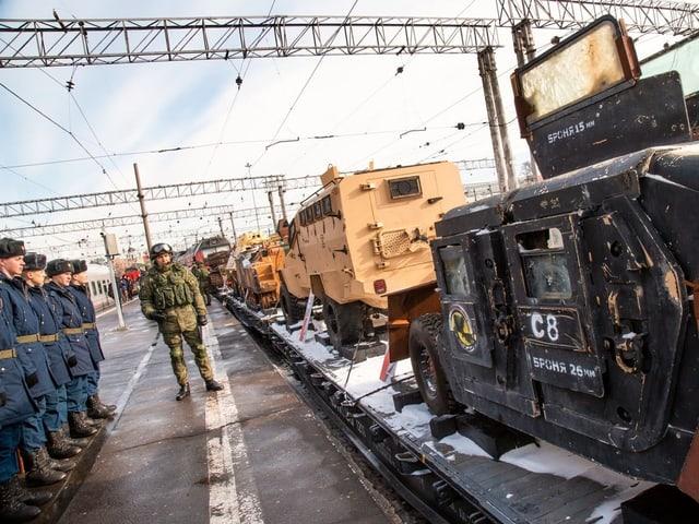 Zug in Russland mit erbeuteten Fahrzeugen.