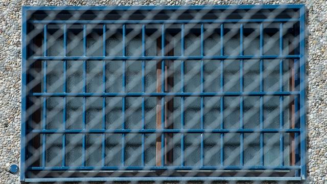 Ein vergittertes Fenster eines Gefängnisses.