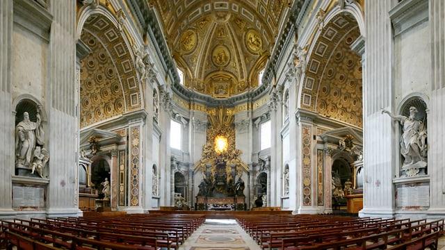 Die Innenansicht einer Kirche mit hölzernen Bänken und üppig verzierten Decken.