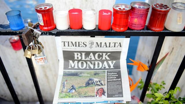 Kerzen, Titelblatt der Times of Malta. Darauf ist das Autowrack der ermordeten Journalistin Daphne Galizia erkennbar.