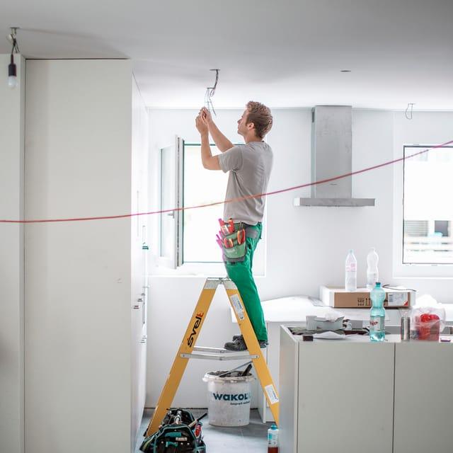 Lehrlinge arbeiten in einer Wohnung an der Elektronik in Kriens. (keystone)