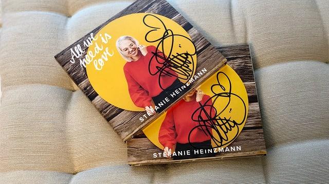 2 CDs von Stefanie Heinzmann liegen auf einem Kissen.