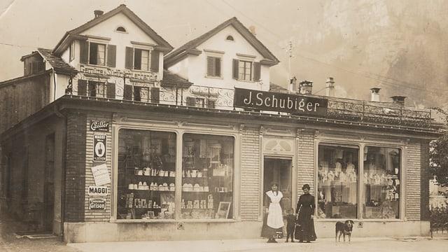 Ein schwarz weiss Foto des Kaufhauses Schubiger in Näfels