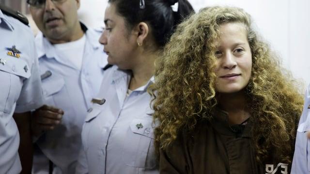Das Mädchen Ahed Tamimi mit Gerichtsangestellten