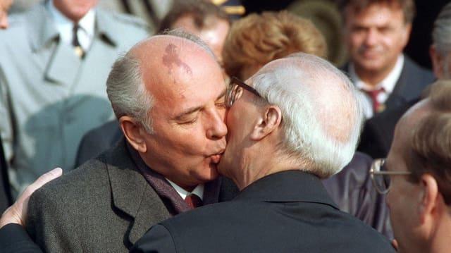 Bruderkuss zwischen Honecker und Gorbatschow.
