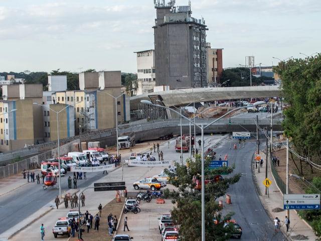 Eingestürzte Brücke liegt quer über Strasse