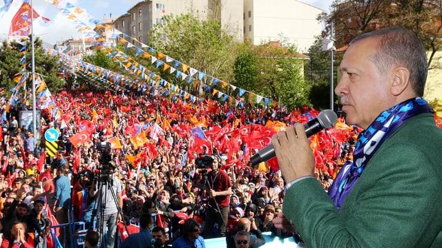 Erdogan während der Wahlkampfveranstaltung in Erzurum im Osten des Landes, an der er seinen Appell machte.