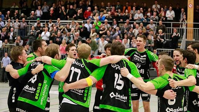 Der HC Kriens-Luzern am jubeln nach dem Match gegen Wacker Thun.