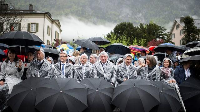 Die Landgemeinde mit Glarus. Man sieht Regenschirme.
