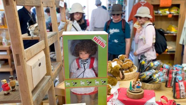 Ina butia cun products da Heidi, davostiers turistas.