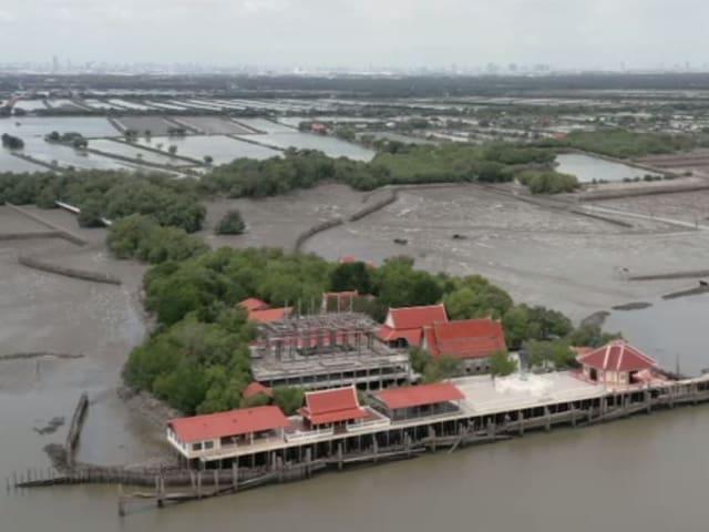 Das Wat Khun Samut Chin ist bei Flut von Wasser umgeben.
