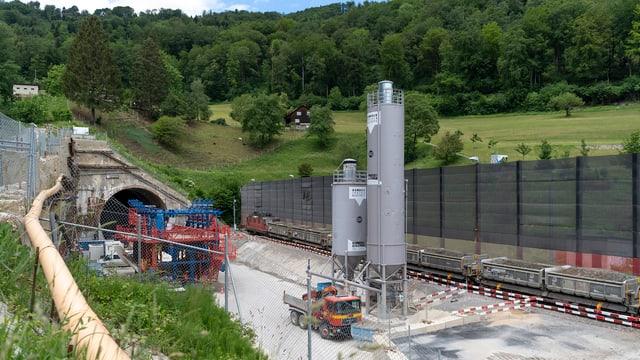 Blick auf Verladestation vor dem Tunnelportal