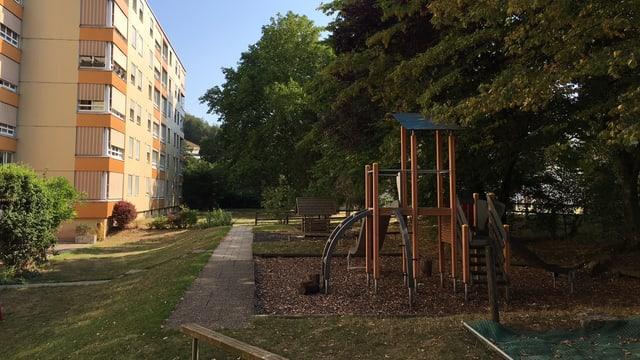 Spielplatz mit vielen Bäumen.