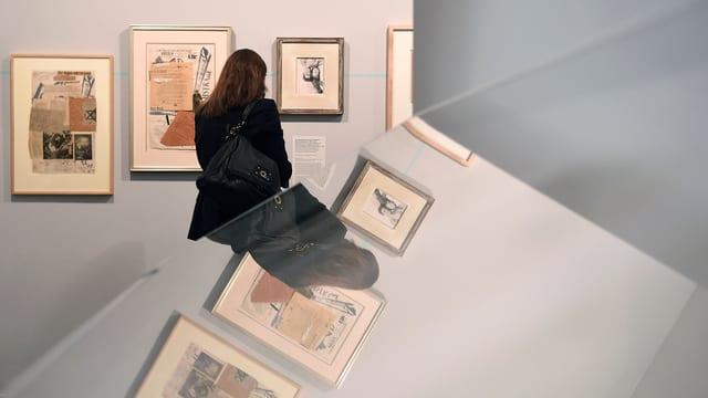 Frau schaut Bilder an