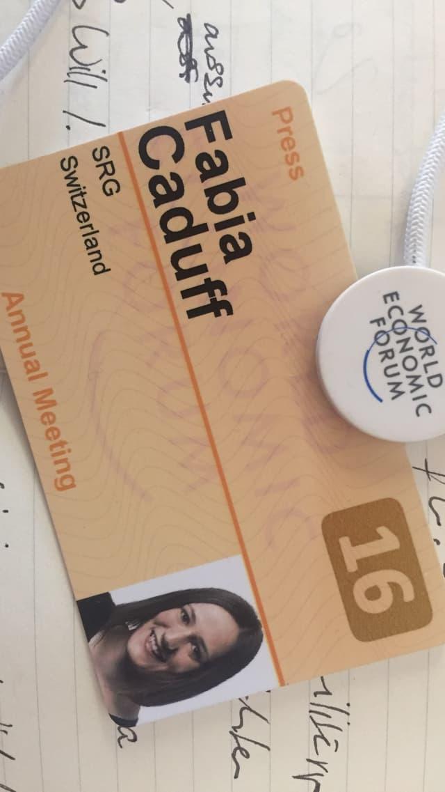 Il badget per il WEF da la redactura da RTR, Fabia Caduff.