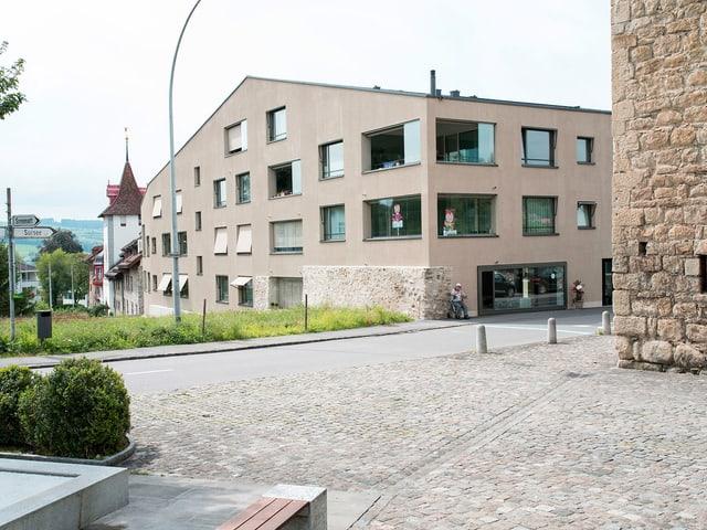 Eine Wohnüberbauung der Stadt Sempach, im Vordergrund ein Platz aus Kopfsteinpflaster.