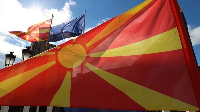 La bandiera da Macedonia e davostiers quella da la Macedonia e quella da la NATo.