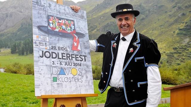 Luzi Kindschi präsentiert das offizielle Plakat zum Eidgenössischen Jodlerfest.