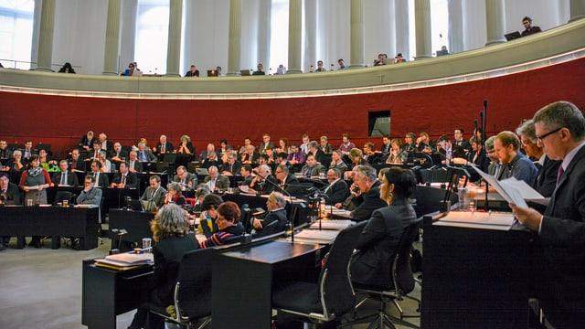 Parlamentarier in einem Saal diskutieren.