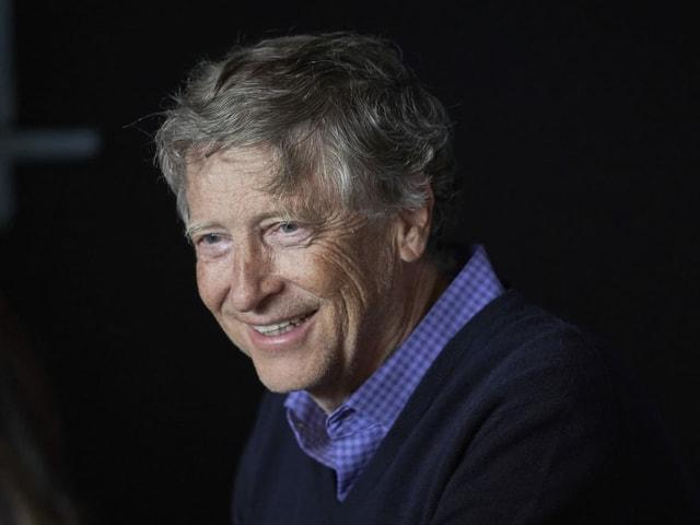 Gates lächelt zufrieden und blickt nach links.