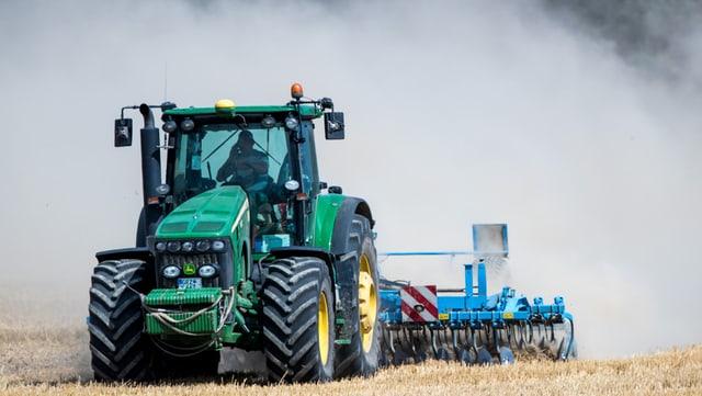 Traktor wirbelt Staub auf