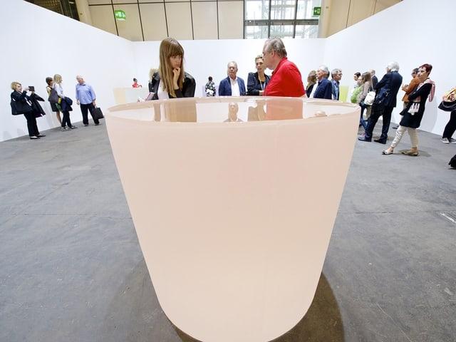 Semitransparente Becher-Objekte der Künstlerin Roni Horn