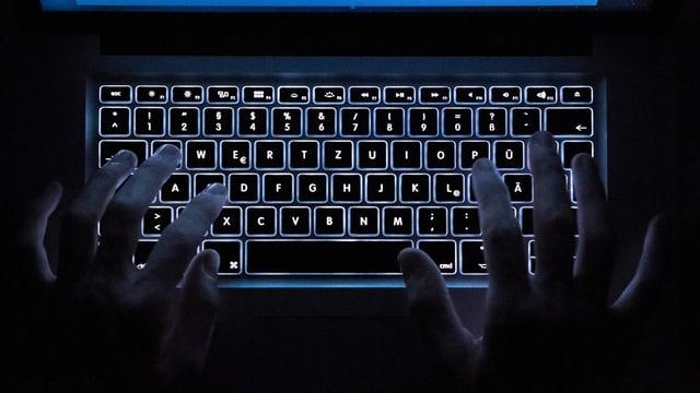 Ein Laptop im dunklen.