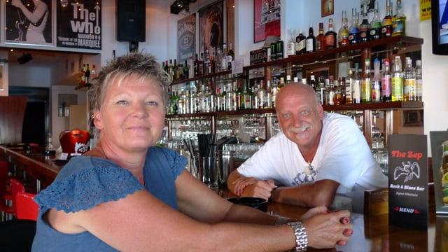Buhholzers wanderten in der Staffel ?? nach Kreta aus. Sie führen dort eine Bar.