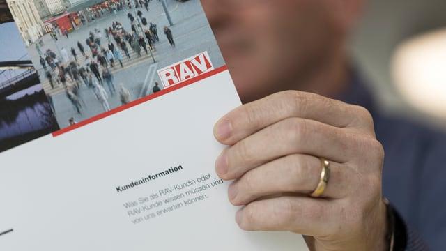 Symbolbild: Eine Person liest in einen Prospekt des RAV.