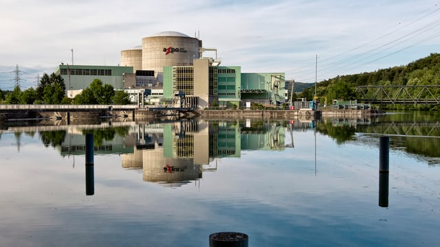 Kernkraftwerk Beznau vom Wasser aus fotografiert.