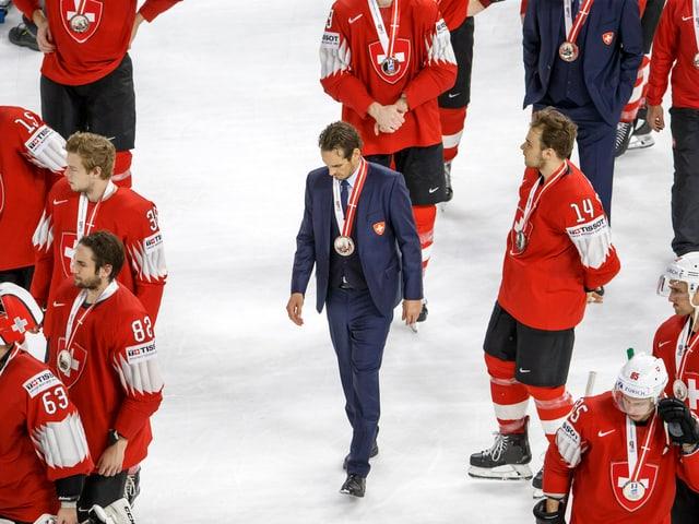 Patrick Fischer verlässt mit Silber um den Hals das Eis.