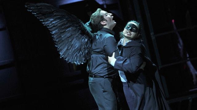 Szene aus Verdis «Un ballo in maschera», in der Riccardo Massi als todgeweihter Riccardo und Eung Kwang Lee als Robert miteinander ringen.