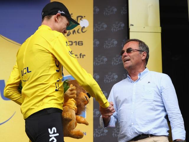 Bernard Hinault (rechts) gratuliert Chris Froome 2016 zum Tour-Sieg.