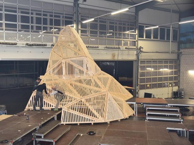 Zwei Studenten arbeiten am Holz-Matterhorn