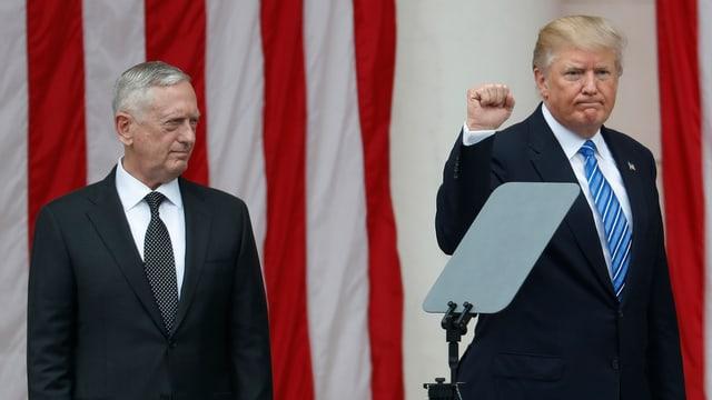 Mattis und Trump auf einem Podium.