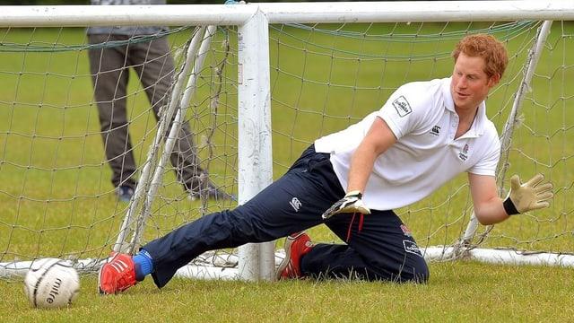 Prinz Harry im Goal einen Ball abfangen.