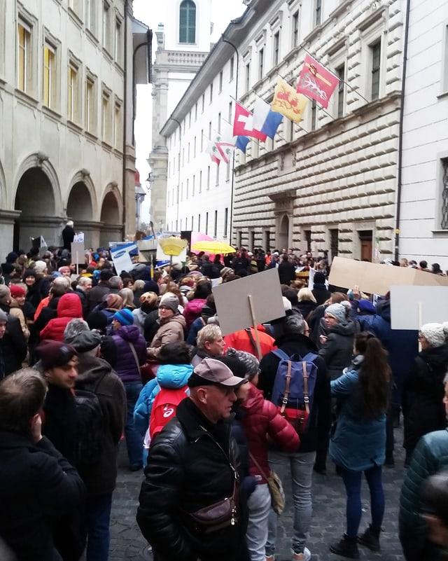 Eine Schar von Demonstrierenden steht vor dem Luzerner Regierungsgebäude.