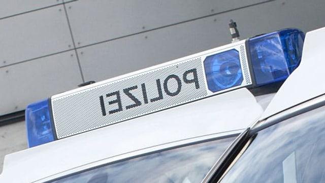 Aufnahme von einem Polizeiauto der Kantonspolizei Aargau, Blick auf das  Blaulicht, welches abgeschaltet ist. Spiegelverkehrt steht das Wort POlizei zwischen beiden Blaulichtern geschrieben.