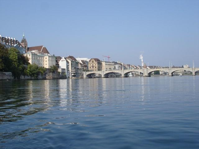 Rhein mit Mittlerer Brücke und Häusern am Ufer