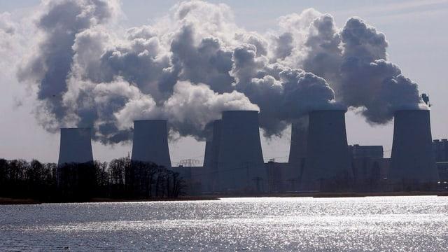 Rauchschwaden über Kraftwerkstürmen