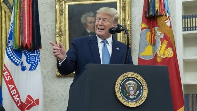 Trump an einem Rednerpult