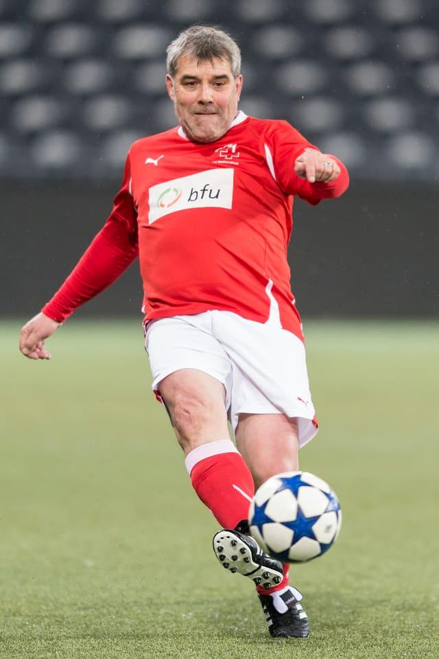 Nationalrat Eric Nussbaumer im Sportdress am Fussball spielen.