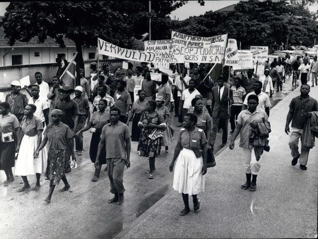 Exil-Südafrikaner demonstrieren für die Rechte der schwarzen Bevölkerung in Daressalam.