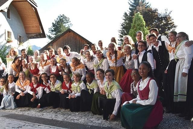 Eine Gruppe junger Sängerinnen und Sänger.