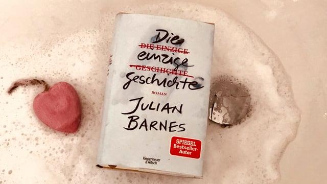 Der Roman «Die einzige Geschichte» von Julian Barnes liegt in einer Badewanne, rundherum liegt Schaum.