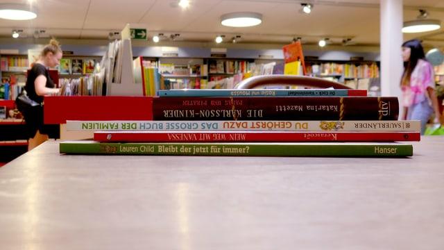 Ein Stapel Kinderbücher.