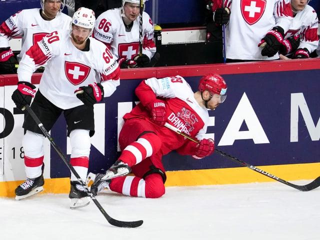 Tristan Scherwey, hier im Zweikampf mit dem Dänen Mikkel Boedker.