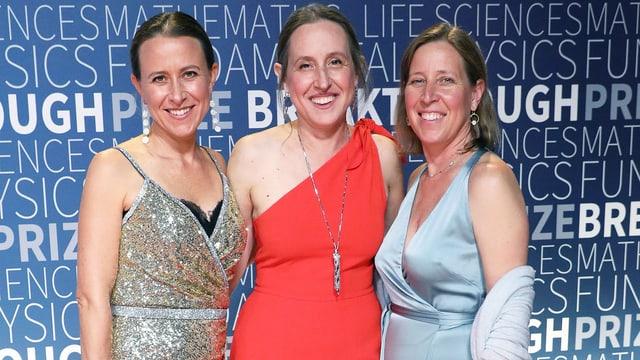 Drei Frauen im Abendkleid auf dem roten Teppich.