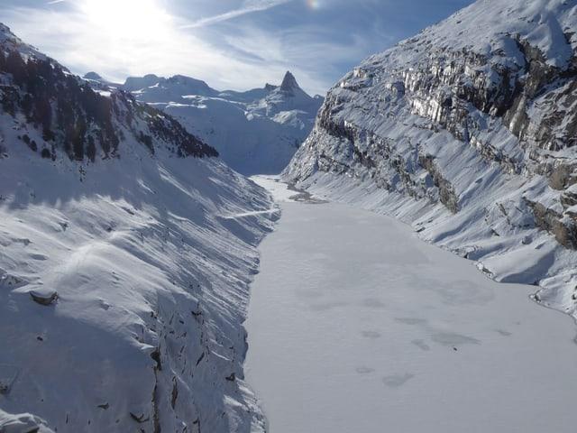 Blick auf den zugefrorenen Zervreilastausee. Im Hintergrund das Zervreilahorn.