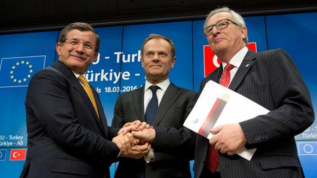 Davutoglu, Tusk und Juncker (v.l.) halten sich in der Mitte die Hände.